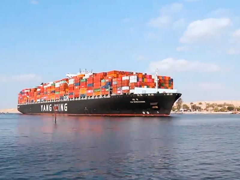 """В Суэцком канале рассосалась """"пробка"""" из 422 судов, которую спровоцировал севший на мель контейнеровоз Ever Given. Последняя группа из 61 судна, а также 24 судна, прибывшие уже после того, как контейнеровоз сняли с мели, прошла через канал в субботу"""