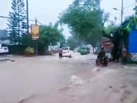 На востоке  Индонезии  проливные дожди вызвали наводнения и оползень. Погибли  более 20 человек