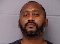 Полиция заявила, что подозреваемым является темнокожий человек по имени Стивен Николас Бродерик. Офицеры полиции опасаются, что он вооружен и может взять заложников