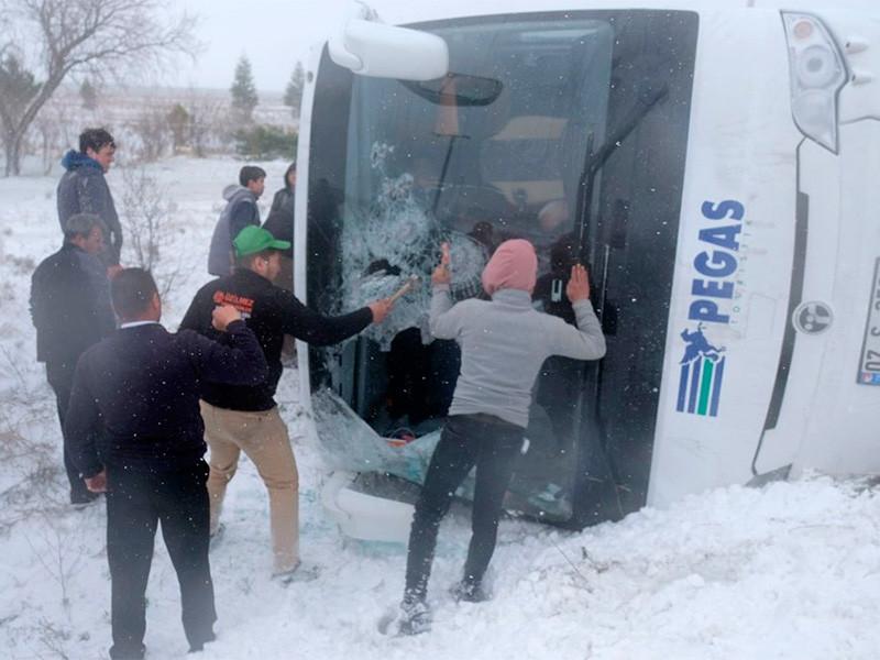 В Турции автобус с российскими туристами попал в ДТП по дороге в Каппадокию, сообщает в Facebook генконсульство РФ в Анталье