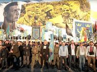 """На пешеходном мосту, который расположен на Аллее Героев Небесной Сотни, участники маша развернули баннер с архивным фото нацистских солдат дивизии """"Галичина"""". А закончился марш коллективным фото на фоне плаката с нацистами"""