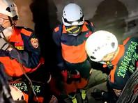 По имеющимся сведениям, второй и третий вагоны сошли с рельсов, а последующие деформировались от удара о стены внутри туннеля. Спасатели к этому часу эвакуировали пассажиров из первых четырех вагонов