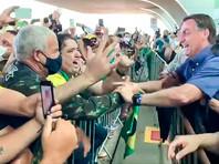 Власти бразильского штата Мараньян оштрафовали президента страны Жаира Болсонару за то, что он во время визита в город Асайландия собрал на акции толпу людей и при этом был без маски