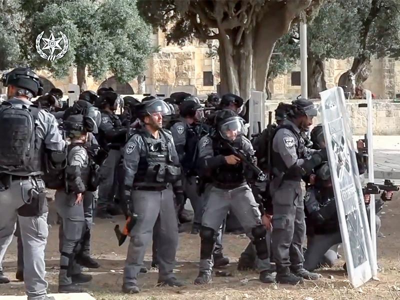 По меньшей мере 215 палестинцев получили ранения в понедельник в результате столкновений в районе мечети Аль-Акса на Храмовой горе в Иерусалиме