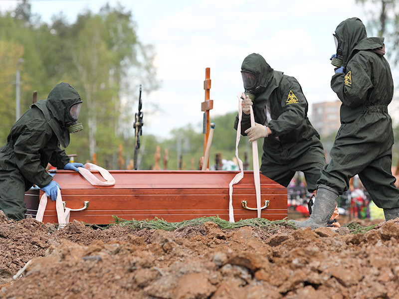 Согласно данным Росстата, жертвами COVID-19 за минувший год в России стали около 250 тысяч россиян. С апреля 2020 года по март 2021 года включительно в стране умерли 249 702 человека в результате последствий коронавируса (в 166 858 случаях он стал основной причиной смерти)