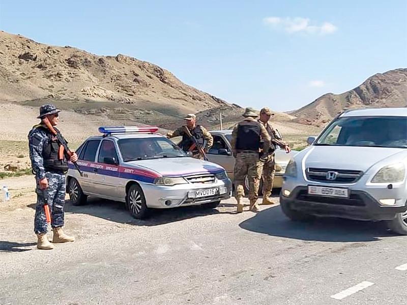 """Киргизия и Таджикистан начали отвод войск из зоны четырехдневного конфликта на границе . Ситуация там """"характеризуется как стабильная"""", сообщила Пограничная служба киргизского Государственного комитета национальной безопасности (ГКНБ)"""
