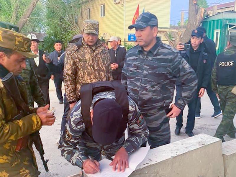 В результате телефонных переговоров между президентами Киргизии и Таджикистана Садыра Жапарова и Эмомали Рахмона, которые состоялись в субботу, 1 мая, было достигнуто соглашение о полном прекращении огня на границе и отводе военных на места постоянной дислокации