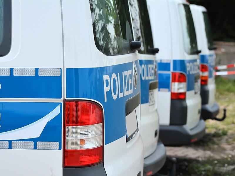 Прибывшие полицейские обнаружили листовки предположительно на арабском языке. На прилежащих улицах были остановлены для проверки и документов временно задержаны двое молодых людей 20 лет. Позже полиция задержала еще одного подозреваемого 24 лет