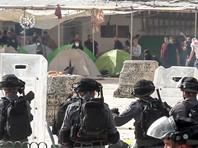 На Храмовой горе в понедельник возобновились столкновения между находящимися там мусульманами и полицией, которая вошла на территорию комплекса и применяет светошумовые гранаты и резиновые пули