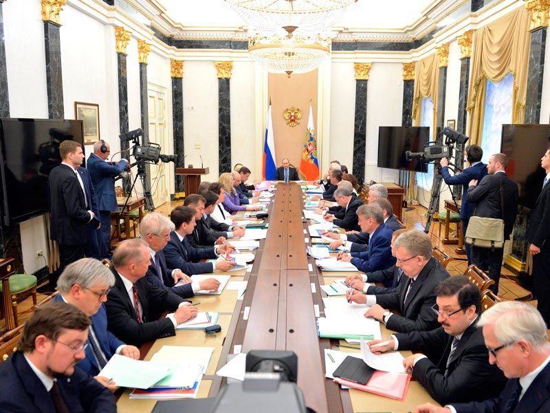 Путин посоветовал членам Экономического совета отбросить идеологию, а затем выслушал всех