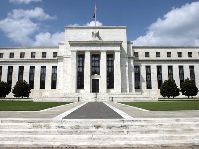 Федеральная резервная система (ФРС) США оставила базовую процентную ставку на прежнем уровне 0,25-0,5%