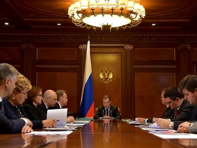 """Премьер-министр РФ Дмитрий Медведев в ходе совещания об основных подходах по формированию бюджета на 2017 год и плановый период 2018-2019 годы поручил Минфину заложить в проект бюджета РФ """"консервативную цену"""" на нефть на уровне 40 долларов за баррель"""