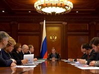 """Медведев поручил считать проект бюджета, исходя из """"консервативной"""" цены на нефть - 40 долларов"""