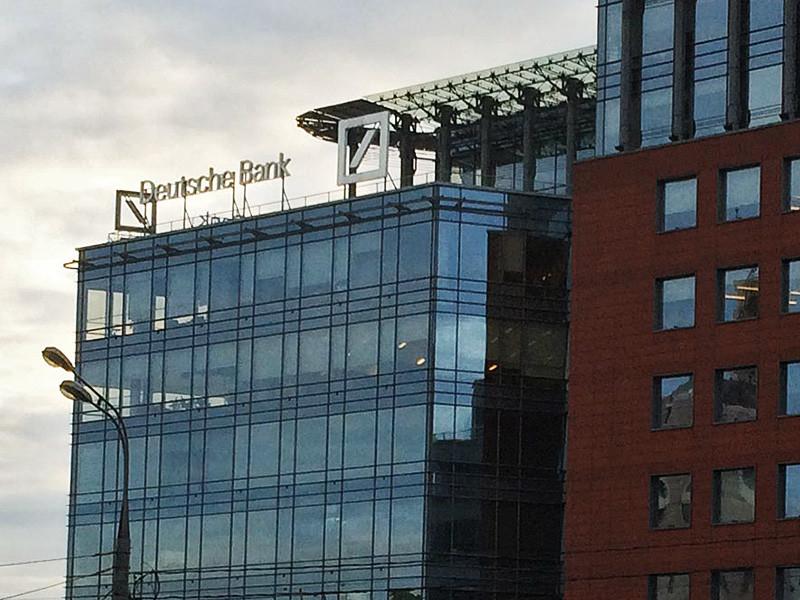 Бывший риск-менеджер Deutsche Bank (DB) Эрик Бен-Арци, который помог американским регуляторам уличить этот банк в предоставлении сфальсифицированных отчетов в прошлый кризис, отказался от своей доли вознаграждения от Комиссии по ценным бумагам и биржам (SEC) США