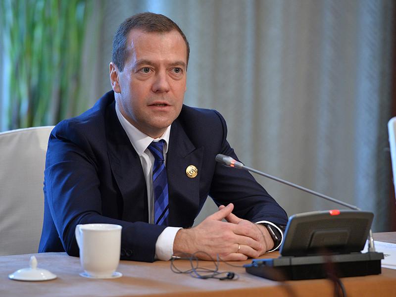"""Премьер России Дмитрий Медведев призвал не называть предложения Минтруда по вовлечению в систему социальных платежей граждан, не перечисляющих средств в страховые фонды, """"налогом на тунеядство"""""""