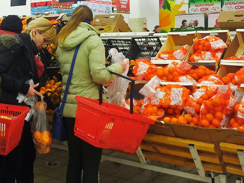 """Российские ритейлеры заметили дефицит апельсинов, пишет газета """"Ведомости"""" со ссылкой на представителей крупных торговых сетей. В сентябре потребительские цены на апельсины выросли на 15,7%"""