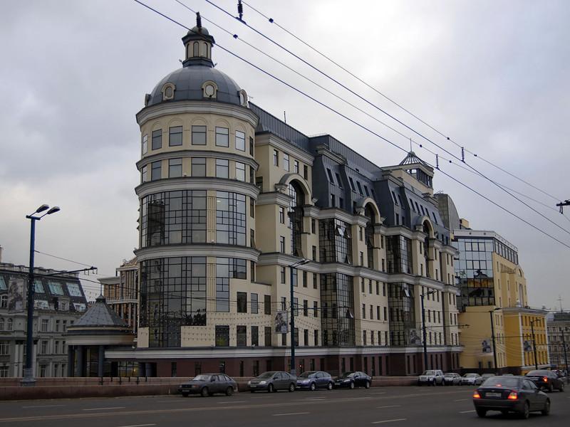 Источник в банковских кругах сказал Reuters, что следственные мероприятия проходят в главном управлении ЦБР по Центральному федеральному округу в здании на улице Балчуг в Москве