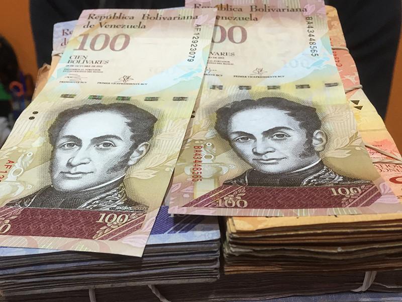 Президент Венесуэлы Николас Мадуро объявил об изъятии из обращения в течение 72 часов самой крупной нынешней купюры в 100 боливаров