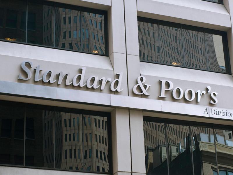"""S&P: рейтин России останется на """"мусорном"""" уровне еще пару лет"""