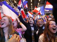 """Рубль поднимается к доллару и умеренно снижается к евро на фоне сообщений о том, что лидером по итогам первого тура президентских выборов во Франции стал бывший министр экономики страны и создатель движения """"Вперед"""" Эмманюэль Макрон, сумевший обойти главу Национального фронта Марин Ле Пен"""