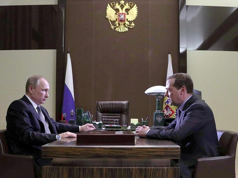 Президент РФ Владимир Путин провел рабочую встречу с главой кабинета министров Дмитрием Медведевым, который представил главе государства комплексный план развития экономики и социальной сфере до 2025 года