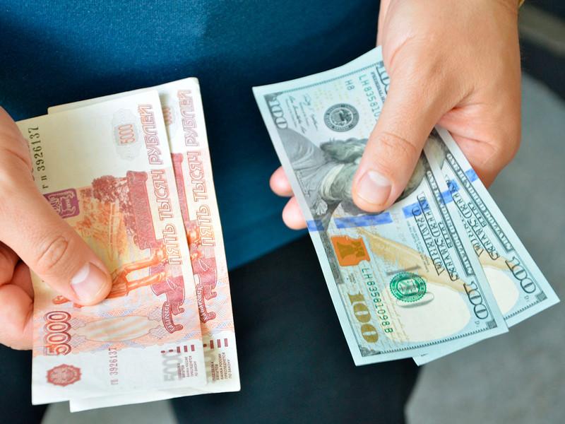 Курс рубля продолжает снижаться на фоне дешевеющей нефти