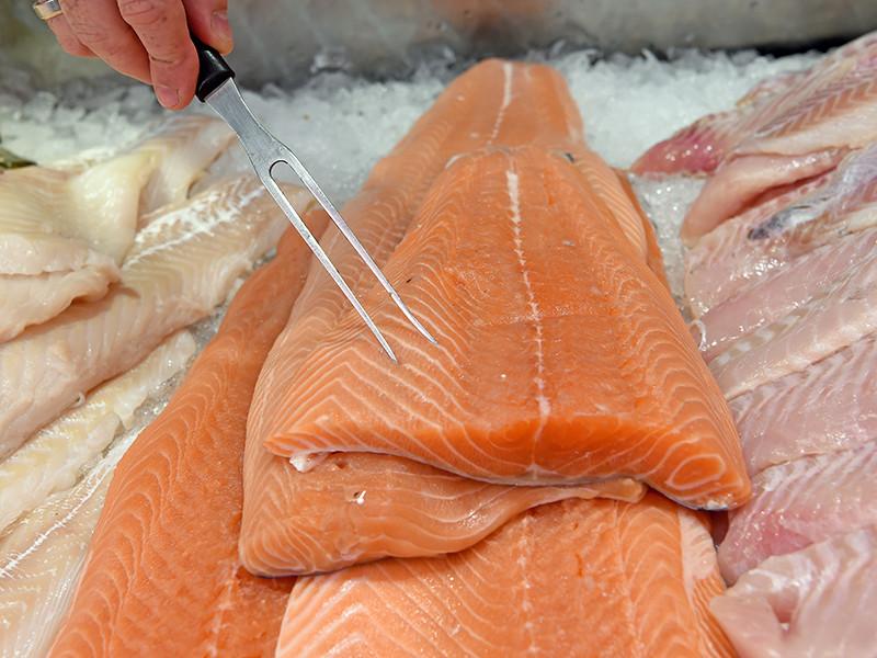 Россельхознадзор рекомендует обращать внимание на вид и запах рыбы, а также спрашивать у продавцов ветеринарные сопроводительные документы. В старой рыбе обычно наличествует окисление, то есть налицо пожелтение внешних покровов, особенно мест разрезов рыбы и иных мест соприкосновения с воздухом