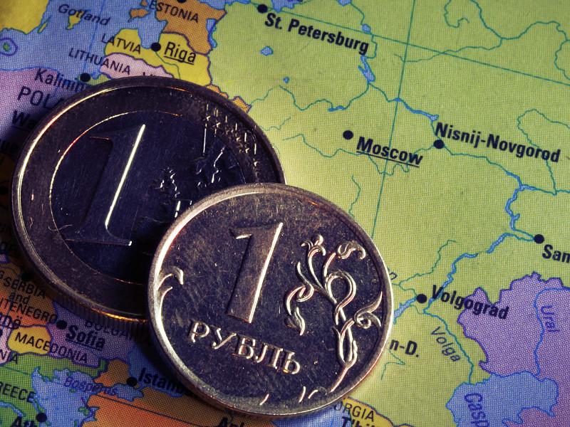 """Уход иностранных инвесторов объясняют нереализовавшимися ожиданиями относительно сближения США и России, обострением корпоративного конфликта между """"Роснефтью"""" и АФК """"Система"""", а также падением цен на нефть"""