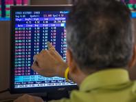 Цены на нефть в пятницу на мировых биржах продолжают снижение. Слабое снижение после роста накануне, начавшееся утром при открытии торгов, после полудня ускорилось