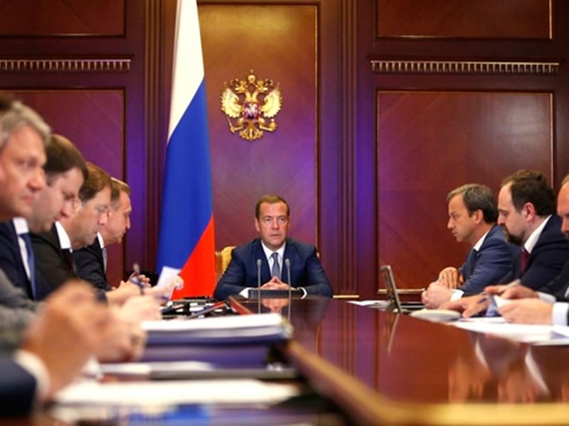 Медведев: Россия в два раза уступает развитым странам по производительности труда