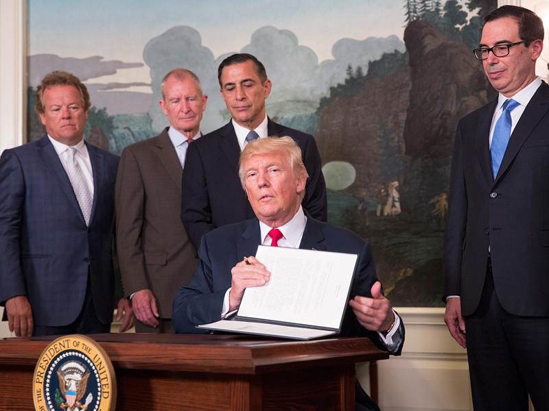 Президент США Дональд Трамп подписал меморандум и несколько указов, поручающих торгпреду Роберту Лайтхайзеру (представитель США на торговых переговорах с другими странами) начать расследование торгово-экономических действий Китая
