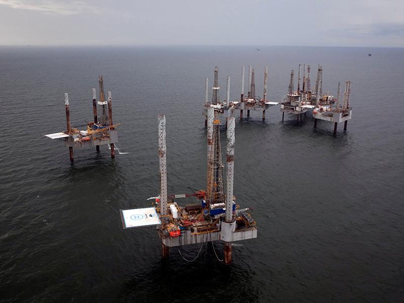 """В среду днем мировые цены на нефть продолжили снижаться на фоне опасений относительно падения спроса на топливо из-за урагана """"Харви"""", обрушившегося на американское побережье Мексиканского залива в пятницу"""
