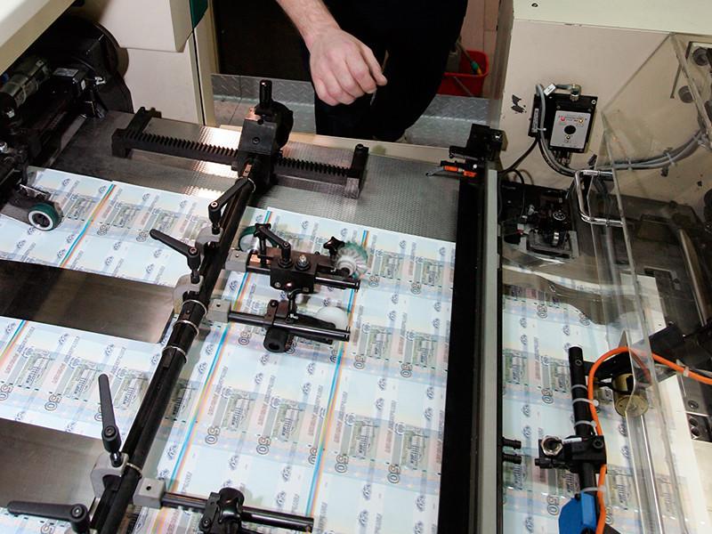Массового выпуска пластиковых банкнот в России не будет, в планах ЦБ - только памятная сторублевка к ЧМ-2018