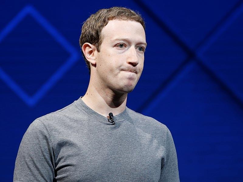 После объявления основателя Facebook Марка Цукерберга об изменениях в новостной ленте крупнейшей соцсети его состояние за один день уменьшилось на 3,3 млрд долларов, сообщает Bloomberg. Цукерберг потерял четвертое место в мировом рейтинге миллиардеров