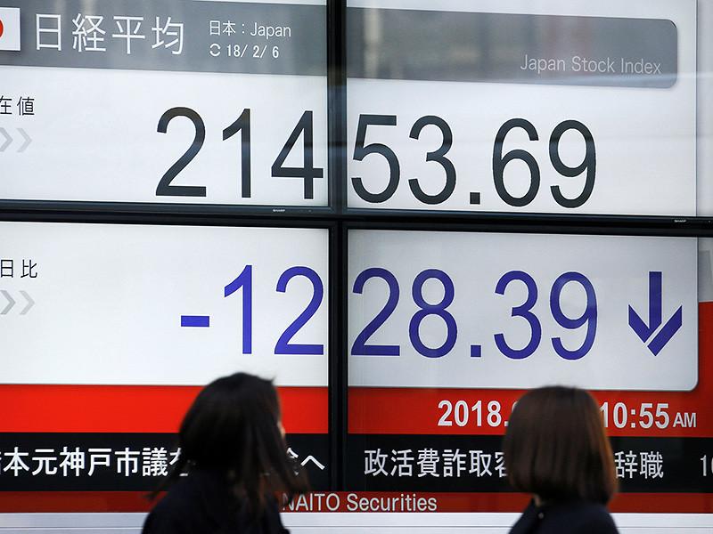 Японский индекс Nikkei, отражающий стоимость 225 крупнейших компаний страны, на торгах во вторник падал максимально за 18 лет, теряя на минимуме 6,4%. В Гонконге акции упали на 4,84% по индексу Hang Seng. Китайский Shanghai Composite потерял 3,35%
