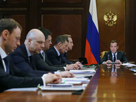 Оплачивать обещания Путина повысить некоторые расходы бюджета может быть предложено населению. Так, в России могут повысить НДФЛ c 13% до 15%. Данная тема обсуждалась на одном из первых после выбора президента совещаний в кабмине. Его итоги премьер Дмитрий Медведев не раскрыл, признав, что налоговой системе все же нужна настройка