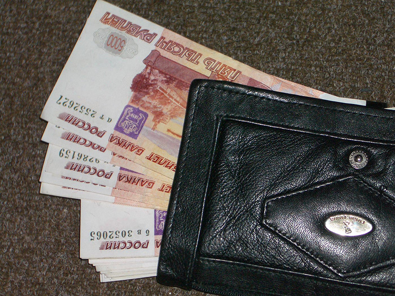 Росстат сообщил, что реальные располагаемые доходы населения (сумма, которая остается на руках после вычета инфляции и всех обязательных платежей) в апреле неожиданно подскочили на 5,7%, а подушевой доход вырос на 2516 рублей