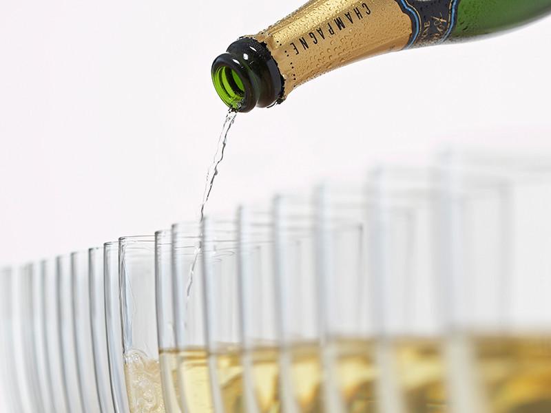 Российский Минфин может пересмотреть минимальные розничные цены на водку, коньяк и шампанское, а также впервые установить их для вина и винных напитков