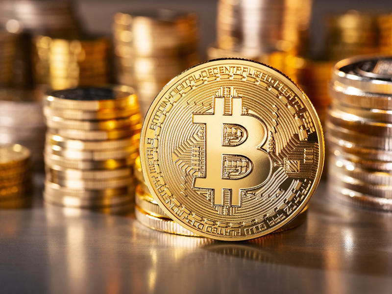 Стоимость биткоина в воскресенье впервые с ноября прошлого года опустилась ниже уровня 6 тыс. долларов.