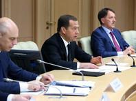 """После того как глава """"Роснефти"""" Игорь Сечин объяснил россиянам, почему у них, а не у него, дорожает бензин и стоит уже минимум на 25% больше, глава российского правительства Дмитрий Медведев назвал всю ситуацию с топливом """"стабильной"""""""