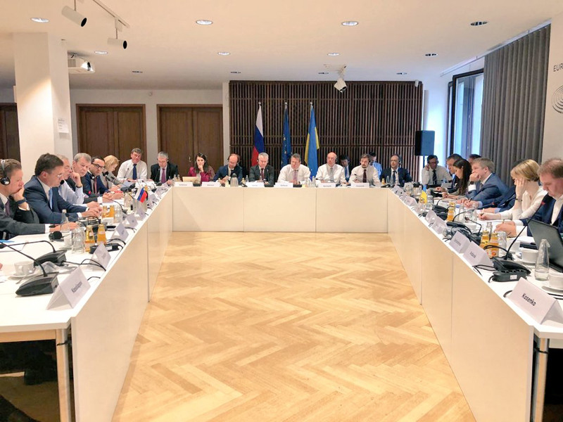 Министр энергетики Александр Новак после трехсторонних переговоров по газу в Берлине с Еврокомиссией и Украиной сообщил, что Россия, Украина и ЕС в октябре обсудят объемы и ставку транзита газа через Украину