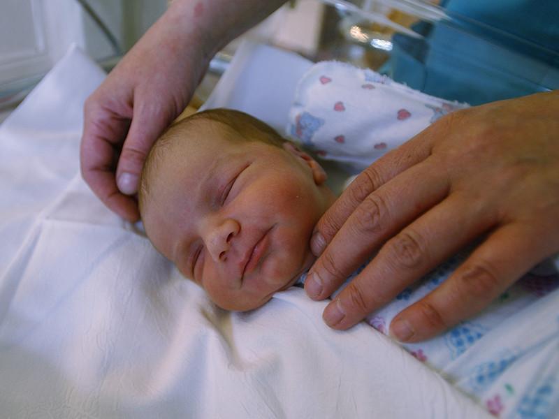 Главной причиной специалисты называют снижение числа рождений из-за вступления в детородный возраст малочисленного поколения женщин, появившихся на свет в 1990-е годы