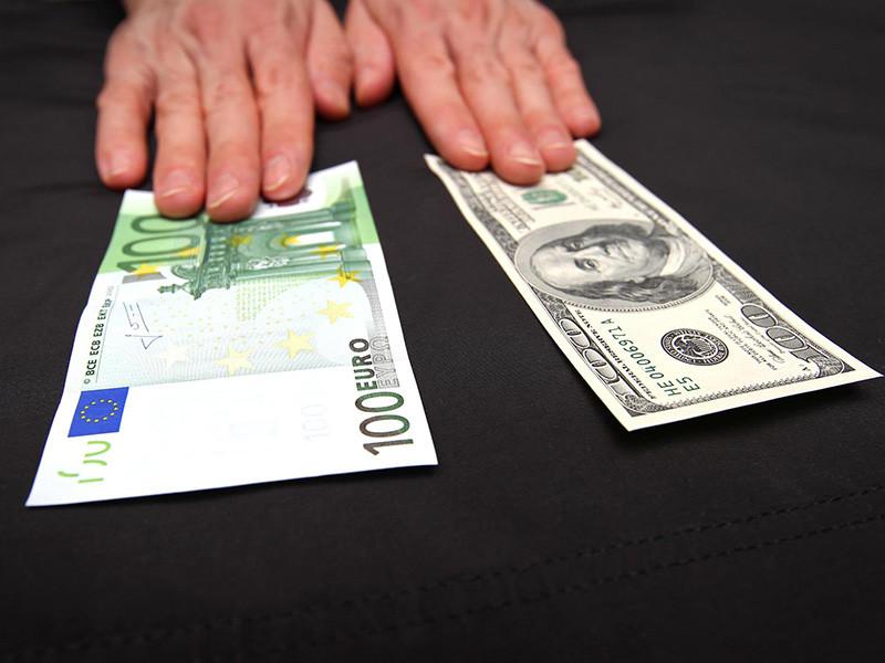 Доллар США и евро резко упали на Московской бирже в начале торгов во вторник, 14 августа. Публь сильно подорожал к бивалютной корзине на фоне улучшения ситуации на мировых рынках капитала в связи с надеждами на разрешение финансового кризиса в Турции
