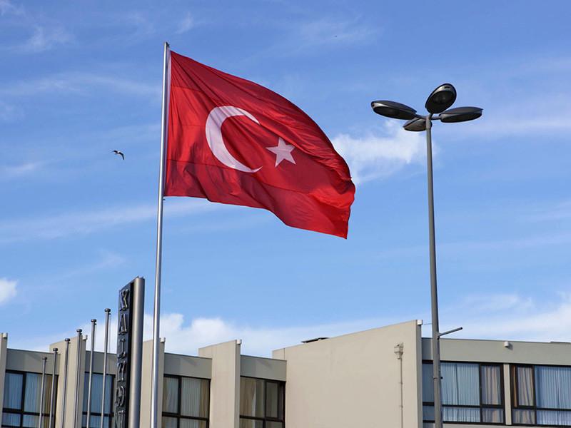 Власти Турции увеличили размер пошлин на ряд импортируемых из США товаров, в том числе автомобили, алкоголь и табак. Об этом сообщает официальный правительственный вестник Турции Resmi Gazete