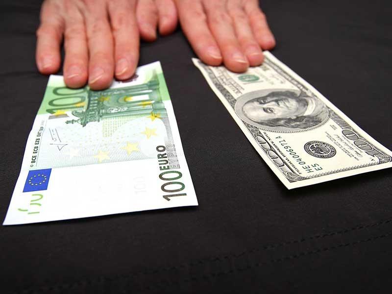 """Доллар США и евро растут на """"Московской бирже"""" (MOEX: MOEX) в пятницу утром, 3 августа, рубль снижается к бивалютной корзине в условиях угрозы подготовки новых антироссийских санкций со стороны США и снижающихся цен на нефть"""