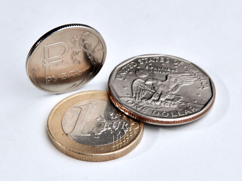 Дорожающая нефть позволила рублю вырасти к доллару и евро