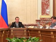 Премьер-министр Дмитрий Медведев пообещал поднять пошлины для нефтяных компаний до конца текущей недели, если правительство не сможет договориться с представителями отрасли о стабилизации цен на бензин на встрече вечером 31 октября