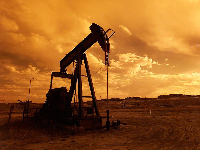 Цены на нефть упали до рекордной отметки 2015 года