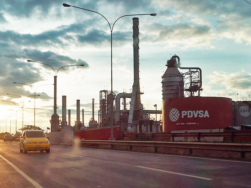 """28 января власти США ввели санкции против венесуэльской государственной нефтедобывающей компании PDVSA (""""Петролеос де Венесуэла""""). Одновременно Минфин США пообещал начать выдачу временных лицензий, позволяющих проводить """"некоторые транзакции"""" нефтегазовой компании"""