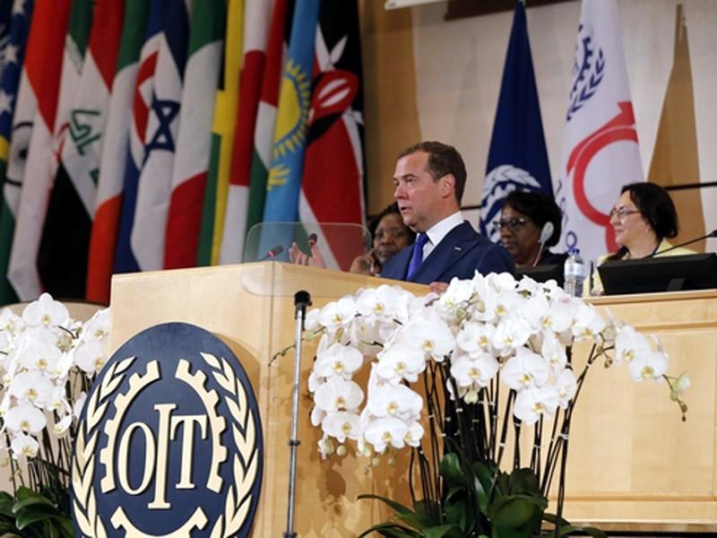"""Премьер РФ Дмитрий Медведев, выступая на проходящей в Москве 108-й сессии Международной организации труда, оптимистично предположил, что в недалеком будущем общество, в том числе и в России, перейдет на четырехдневную рабочую неделю, вместо нынешней """"пятидневки"""""""